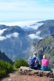 Wolkendekking onder een Bergketen Royalty-vrije Stock Fotografie