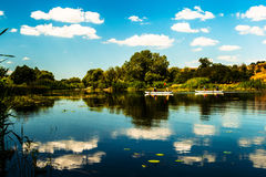 Wolkenfloss im Fluss lizenzfreie stockfotografie