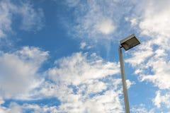Wolkenhimmel und Strombeitrag Stockfotos