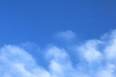 Wolkenhintergrund des blauen Himmels und des Weiß Stockfotografie