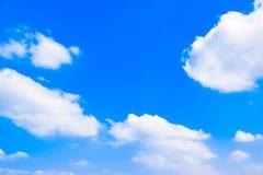 Wolkenhintergrund 180410 0143 des blauen Himmels und des Weiß Stockbilder