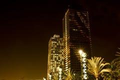 Wolkenkrabber in Barcelona bij nacht stock afbeeldingen