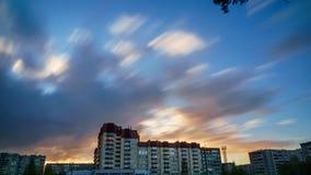 Wolkenkrabber bij zonsondergang en drijvende wolken 2 Stock Foto