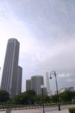 Wolkenkrabber binnen de stad in stock fotografie