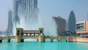 Wolkenkrabber Burj Khalifa en zingende fonteinen in Doubai, Verenigde Arabische Emiraten stock video