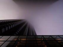 Wolkenkrabber in Chicago in mist wordt verborgen die Stock Fotografie