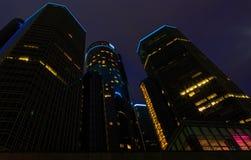 Wolkenkrabber de van de binnenstad van de waterkant van Detroit bij nacht Stock Foto's