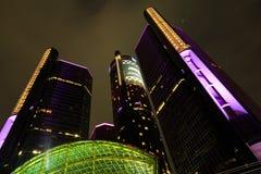 Wolkenkrabber de van de binnenstad van de waterkant van Detroit bij nacht Stock Afbeeldingen