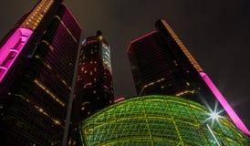 Wolkenkrabber de van de binnenstad van de waterkant van Detroit bij nacht Royalty-vrije Stock Foto's