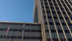 Wolkenkrabber in een stadscentrum stock videobeelden