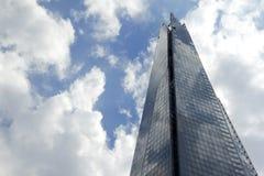 Wolkenkrabber en hemel Stock Afbeelding