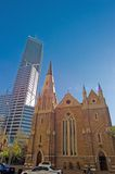 Wolkenkrabber en kerk in stad die met verkeer in Perth plaatst Royalty-vrije Stock Fotografie