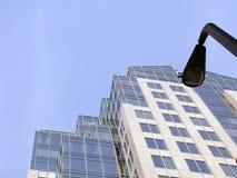 Wolkenkrabber en straatlantaarn Royalty-vrije Stock Afbeelding