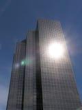 Wolkenkrabber met de Gloed van de Lens stock afbeelding