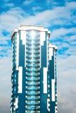 Wolkenkrabber met een glasvoorgevel tegen een heldere blauwe hemel met voorgestelde wolken Royalty-vrije Stock Foto's