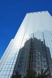Wolkenkrabber met spiegelvensters stock afbeeldingen