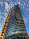 Wolkenkrabber onder bewolkte hemel Royalty-vrije Stock Foto