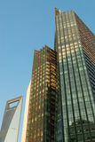 Wolkenkrabber op blauwe hemel Stock Foto's