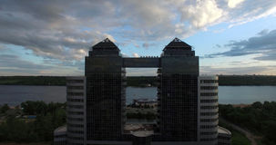 Wolkenkrabber op de bank van de rivier Royalty-vrije Stock Afbeelding