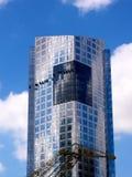Wolkenkrabber op een blauwe hemel Stock Foto's