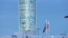 Wolkenkrabber op een Zonnige de zomerdag voorraad Stedelijk landschap op een de zomerdag stock videobeelden