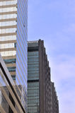 Wolkenkrabber in stad onder blauwe hemel Royalty-vrije Stock Foto