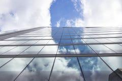 Wolkenkrabber tegen bewolkte hemel Stock Foto