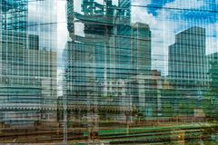 Wolkenkrabber van trein aan Tokyo, de Bouwmengeling stock fotografie