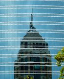Wolkenkrabberbezinningen over een Wolkenkrabber stock foto's