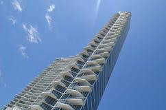 Wolkenkrabberflatgebouw met koopflats Stock Afbeelding
