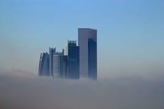 Wolkenkrabbergebouwen door mist worden omringd die Royalty-vrije Stock Fotografie