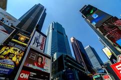 Wolkenkrabbers, Aanplakborden en Tekens van Times Square langs Broadway Stock Afbeelding