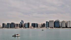 Wolkenkrabbers in Abu Dhabi Stock Afbeeldingen