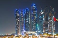 Wolkenkrabbers in Abu Dhabi bij nacht Royalty-vrije Stock Foto's
