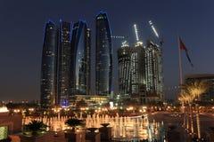 Wolkenkrabbers in Abu Dhabi bij schemer Stock Foto's