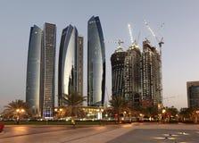 Wolkenkrabbers in Abu Dhabi bij schemer Royalty-vrije Stock Afbeeldingen