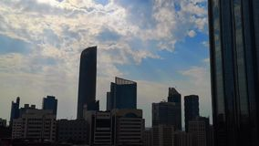 Wolkenkrabbers in Abu Dhabi-stad - Weergeven van moderne torens op een bewolkte blauwe hemeldag