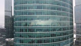 Wolkenkrabbers Bureauvensters met stad daarin wordt weerspiegeld die niemand Sluit omhoog luchtschot stock footage