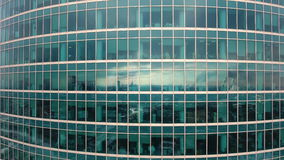 Wolkenkrabbers Bureauvensters met stad daarin wordt weerspiegeld die niemand Sluit omhoog luchtschot stock video