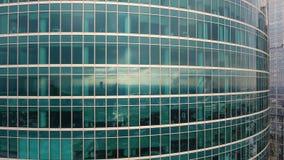 Wolkenkrabbers Bureauvensters met stad daarin wordt weerspiegeld die niemand Sluit omhoog luchtschot stock videobeelden