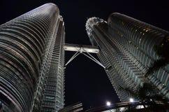 Wolkenkrabbers in de Nacht Stock Afbeelding