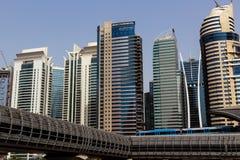 Wolkenkrabbers de van de binnenstad, de weg en metro van Doubai stock fotografie