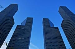 Wolkenkrabbers en blauwe hemel Stock Afbeeldingen