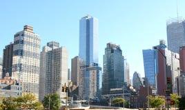 Wolkenkrabbers en flatgebouwen bij kruising in New York Royalty-vrije Stock Foto's