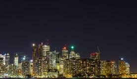 Wolkenkrabbers en Flatgebouwen met koopflats bij Nacht in Toronto Royalty-vrije Stock Afbeeldingen