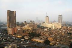 Wolkenkrabbers en krottenwijken in Kaïro Stock Afbeelding