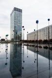 Wolkenkrabbers en licht en waterbezinningen Royalty-vrije Stock Foto