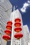 Wolkenkrabbers en rode lantaarns Royalty-vrije Stock Foto's