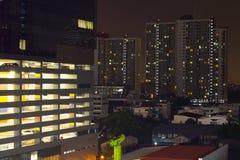 wolkenkrabbers met lichten op de bureaus 's nachts, Bangkok, Thailand stock afbeeldingen