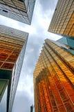 Wolkenkrabbers met wolkenbezinning Stock Afbeeldingen